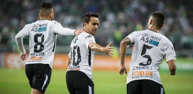 Jogadores do Corinthians celebram gol contra o Palmeiras fora de casa