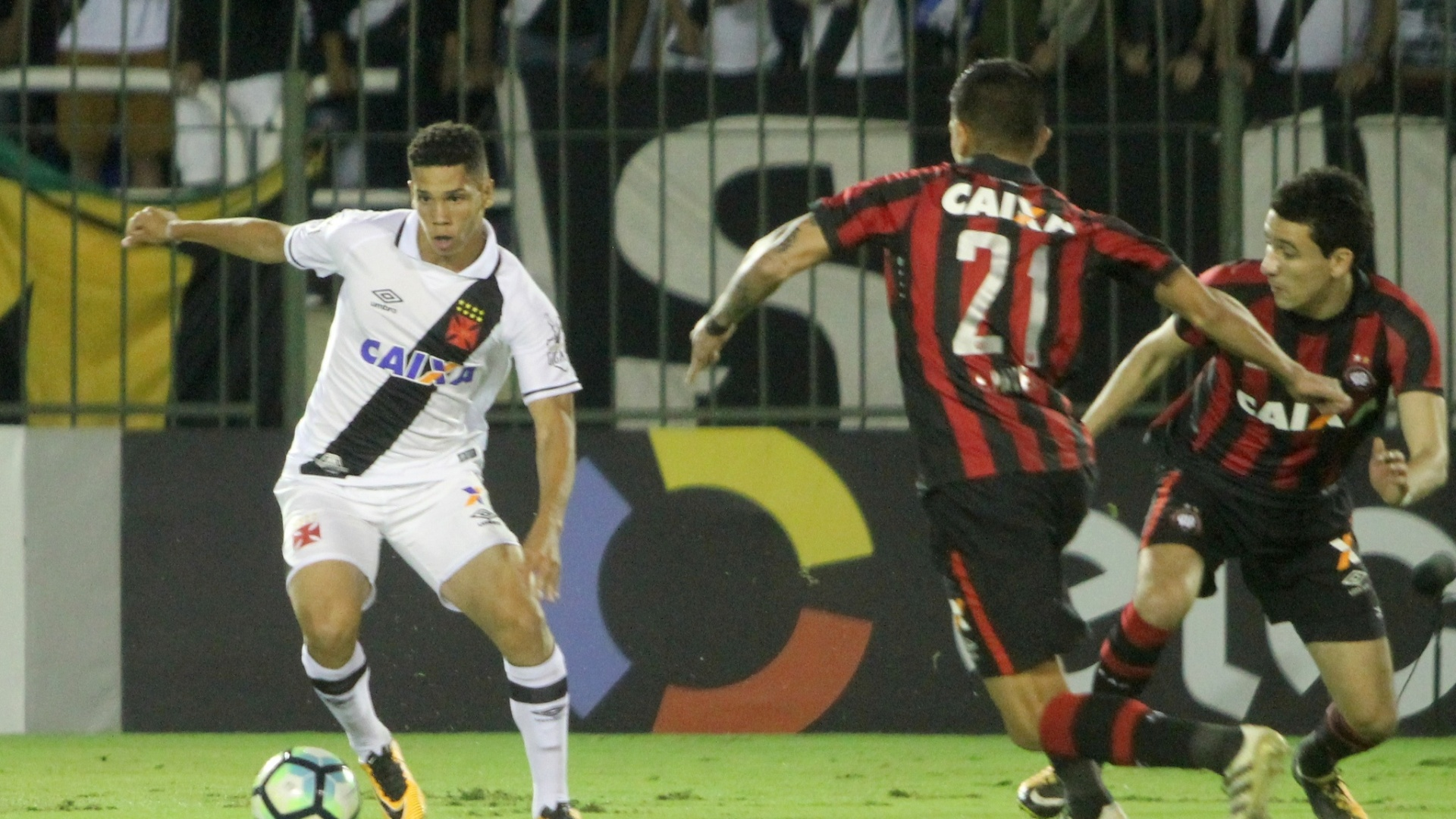 Atacante Paulinho, de 17 anos, é marcado por jogadores do Atlético-PR