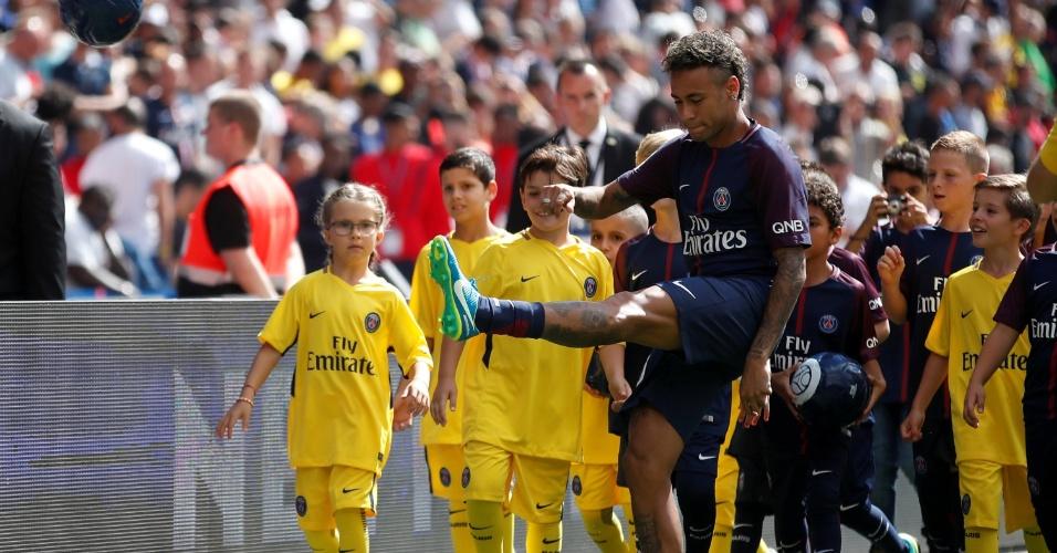 Neymar chuta bolas em direção à torcida do PSG