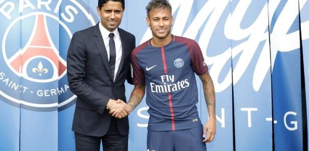 Neymar posa com o presidente do PSG em sua apresentação no clube francês