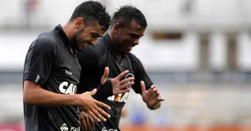 Brenner comemora com Marcos Vinicius após marcar pelo Botafogo contra a Ponte Preta