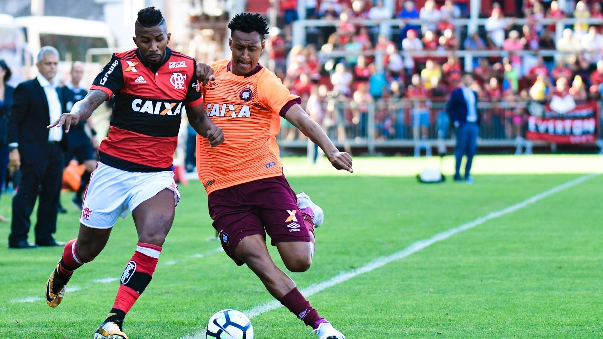 Rodinei e Fabricio brigam pela bola em partida entre Flamengo e Atlético-PR