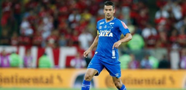 Henrique, volante do Cruzeiro, avalia situação de Arrascaeta