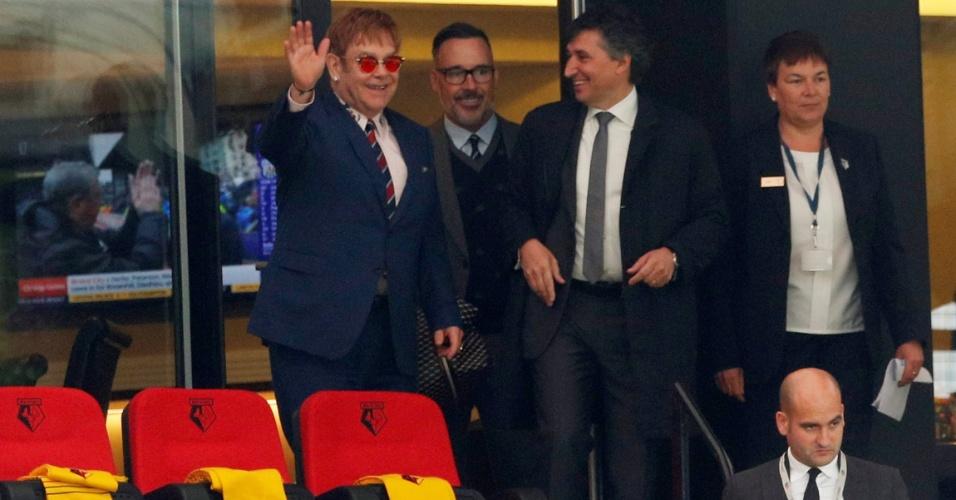 Elton John acena para a torcida do Watford