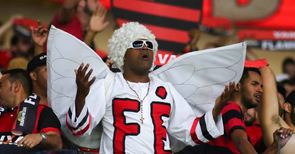 Torcedor do Flamengo se veste de anjo e coloca fé na vitória