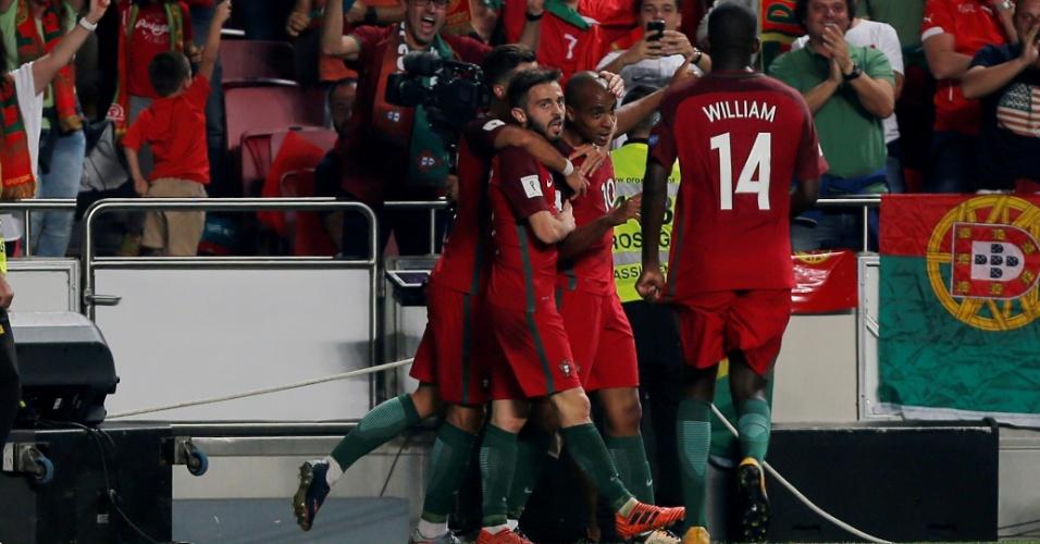 Jogadores de Portugal comemoram gol contra a Suíça nas Eliminatórias