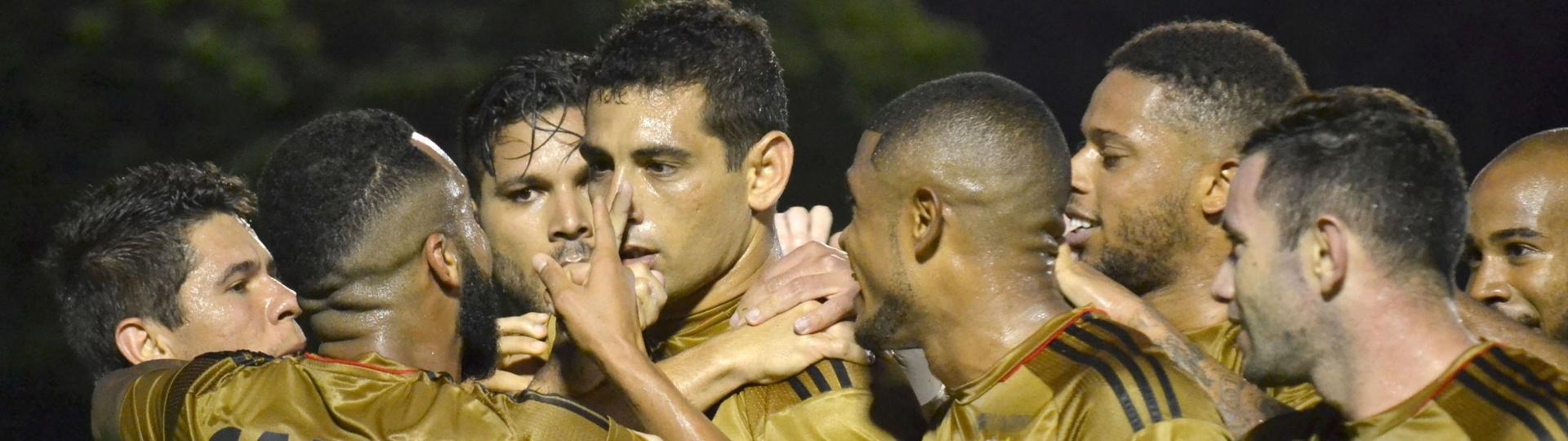 Diego Souza balança as redes para o Sport contra o Vitória