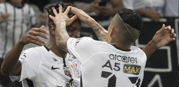 Jô e Arana comemoram gol juntos: cena comum na temporada corintiana