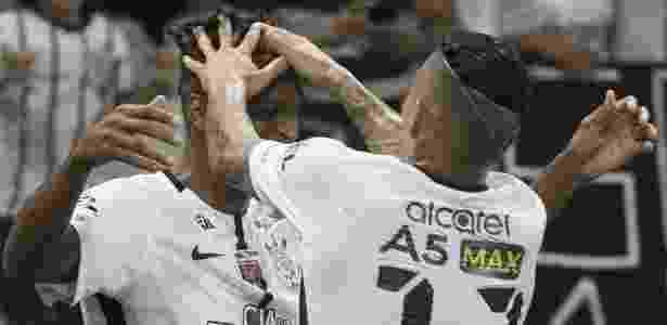 Jô e Arana comemoram gol juntos: cena comum na temporada corintiana - Daniel Augusto Jr. / Ag. Corinthians