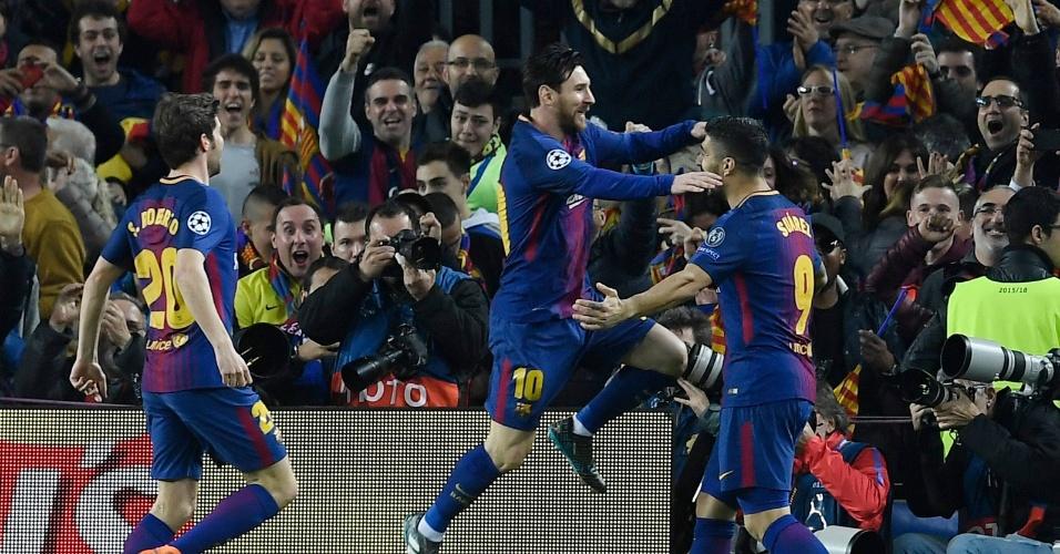 Messi comemora com Suárez o primeiro gol do Barcelona na partida