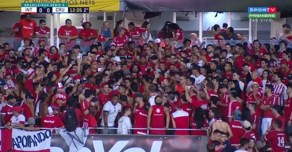 Adriano Gabiru e Perdição assistem Internacional x Cruzeiro em meio à torcida do Inter