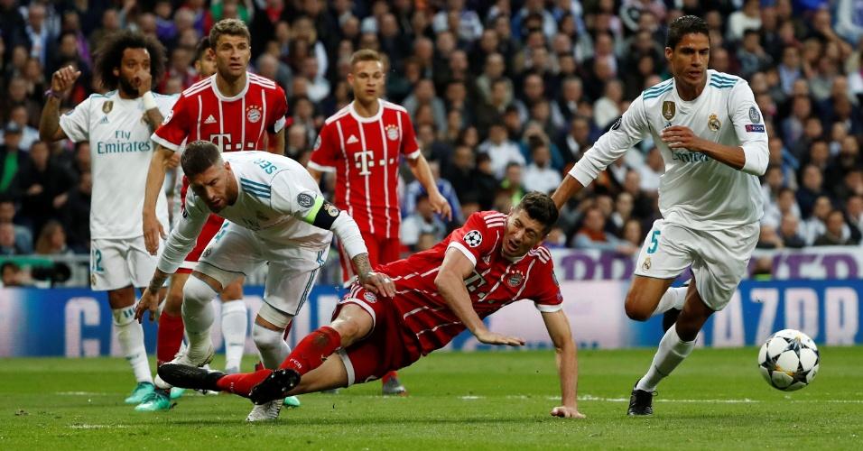 Lewandowski caiu dentro da área do Real Madrid após disputa com Sergio Ramos
