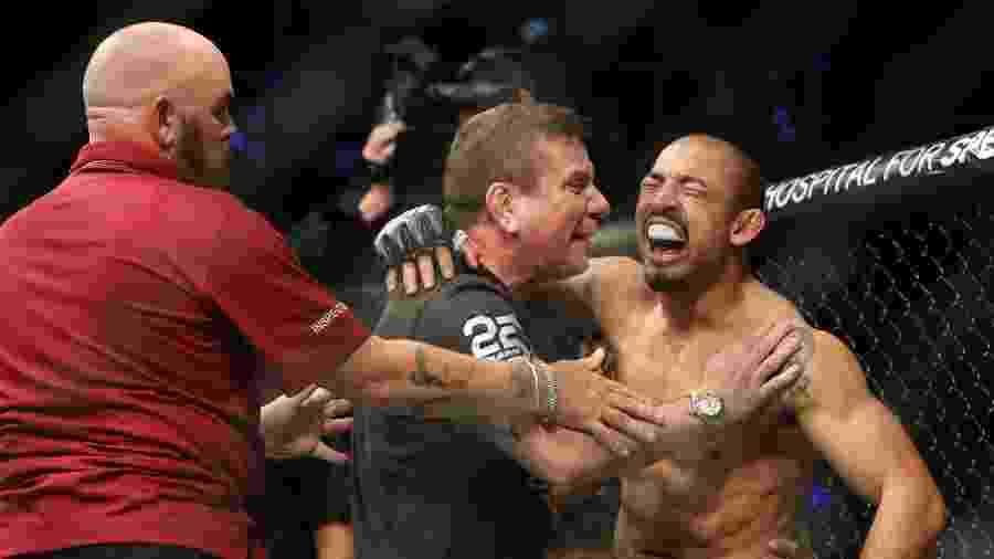 José Aldo comemora vitória sobre Jeremy Stephens no UFC Calgary - Sergei Belski-USA TODAY Sports