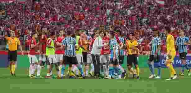 Jogadores de Inter e Grêmio entram em confusão após o apito final  - Lucas Sabino/AGIF