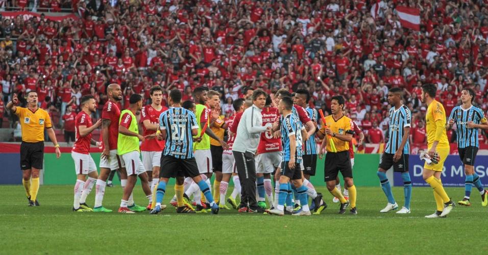 Jogadores de Inter e Grêmio entram em confusão após o apito final