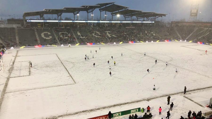 """Cerca de 13 mil torcedores estiveram no Dick""""s Sporting Goods Park, no Colorado, e encararam os 18 graus Fahrenheit, cerca de - 8 graus celsius, na partida mais fria da história da Major League Soccer. - Portland Timbers/Twitter"""
