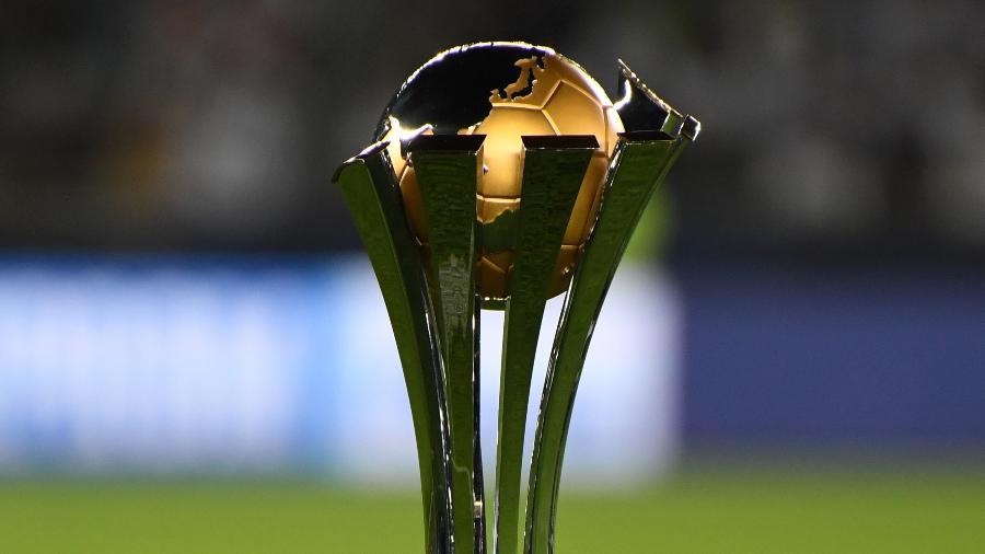 Troféu do Mundial de Clubes da Fifa; torneio pode ter até seis substituições em um mesmo time por partida - Etsuo Hara/Getty Images