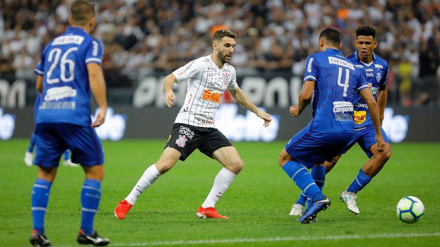 Boselli dá assistência para Vagner Love marcar gol da vitória do Corinthians sobre CSA neste Brasileiro - Daniel Vorley/AGIF