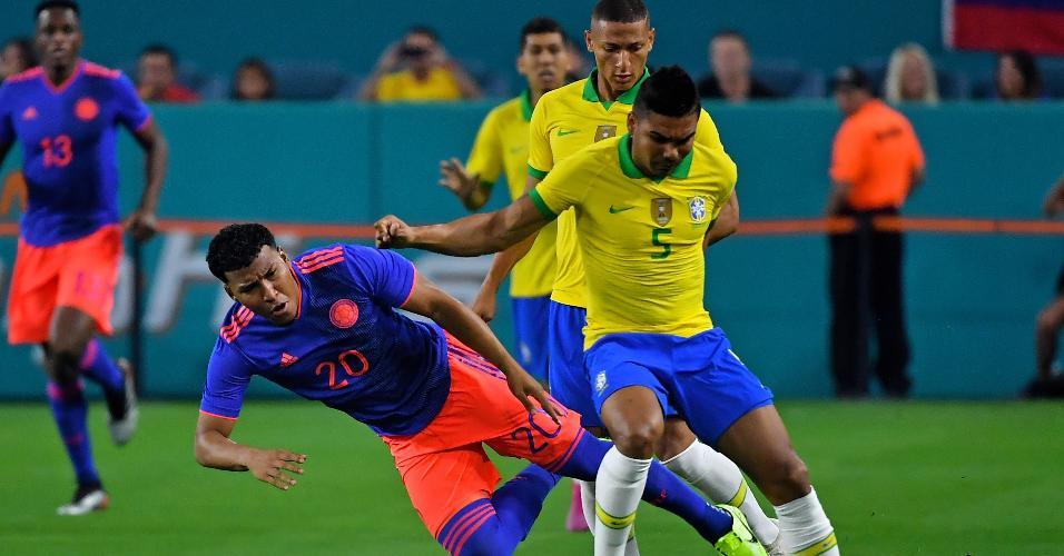 Casemiro divide com Martinez, durante a partida entre Brasil e Colômbia