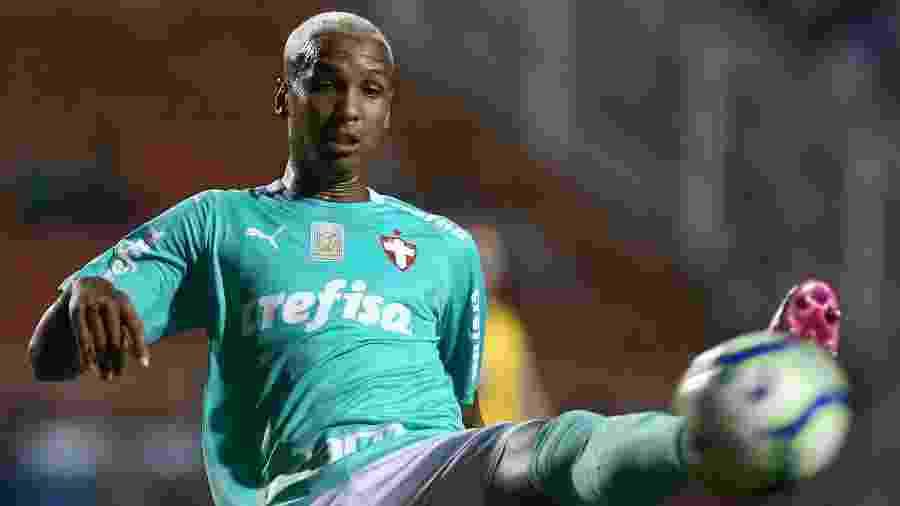 Deyverson em ação contra o Botafogo; centroavante foi titular com Mano pela primeira vez e deve seguir no time - Marcello Zambrana/AGIF