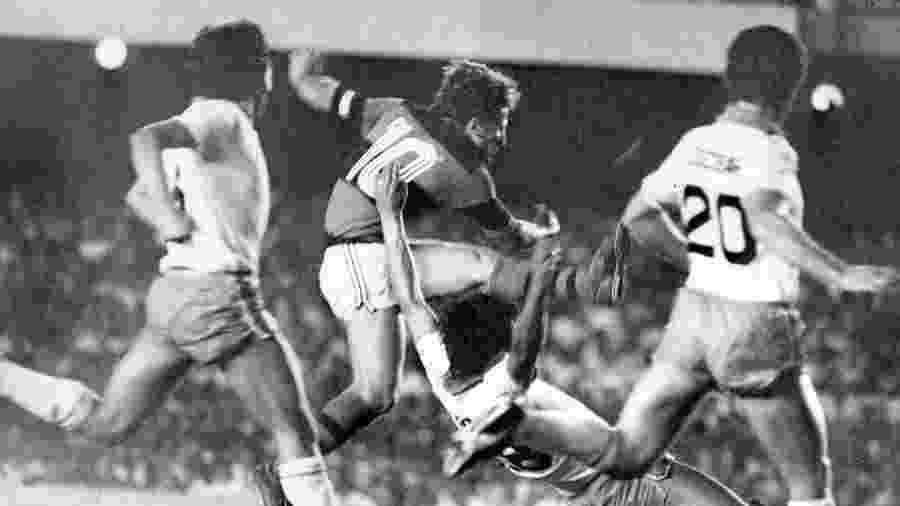 Zico tenta a finalização em duelo entre o Flamengo e o Cobreloa, do Chile, pela Libertadores de 1981 - Arquivo Jornal do Sports