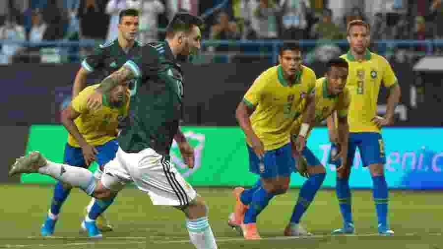 Lionel Messi cobra pênalti em amistoso da Argentina contra o Brasil - Fayez Nureldine/AFP