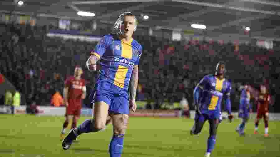 Cummings comemora gol do Shrewsbury sobre o Liverpool - Reuters/Carl Recine