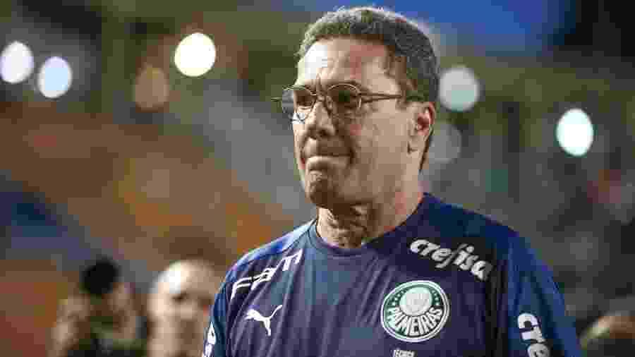 Luxemburgo se dirige ao banco de reservas antes do duelo entre Palmeiras e Oeste - Marcello Zambrana/AGIF