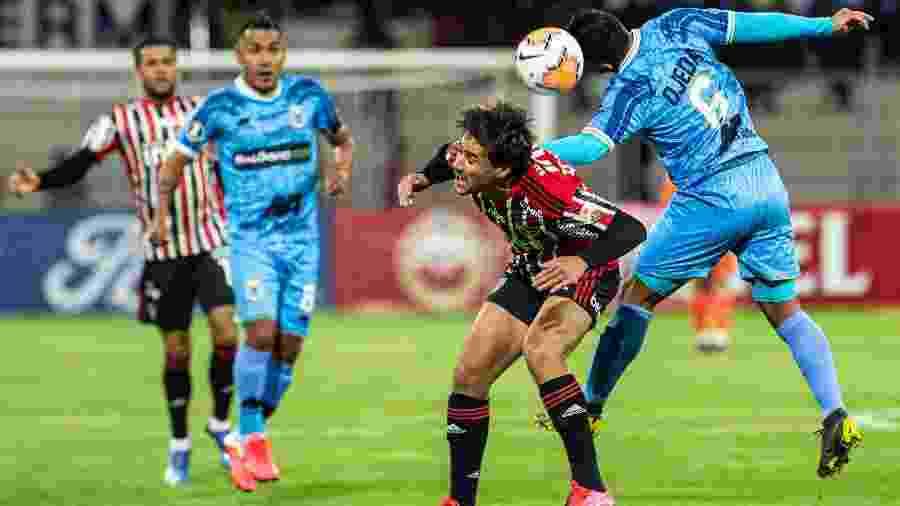 Igor Gomes briga contra a marcação do Binacional no jogo de estreia do São Paulo na Libertadores - ERNESTO BENAVIDES / AFP