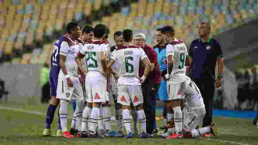 Técnico Odair Hellmann conversa com jogadores do Fluminense - Lucas Merçon / Fluminense F.C.