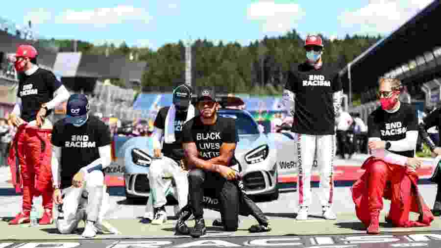 Liderados por Hamilton, pilotos se ajoelham antes do GP da Áustria de F1  - DAN ISTITENE/AFP