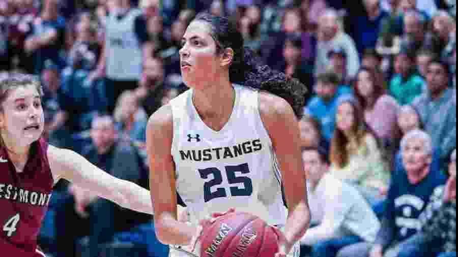 """A brasileira Stephanie soares em ação pelo time da Master""""s University na Naia, liga de basquete universitário dos EUA - Divulgação/Naia"""