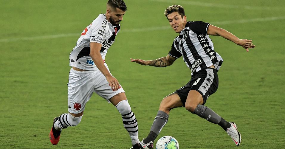 Bruno Nazário e Ricardo disputam bola no Botafogo x Vasco, jogo do Brasileirão 2020