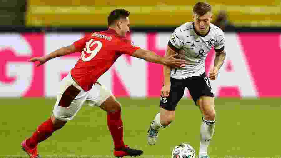 Toni Kroos e Mario Gavranovic na partida entre Alemanha e Suíça na Liga das Nações - Getty Images