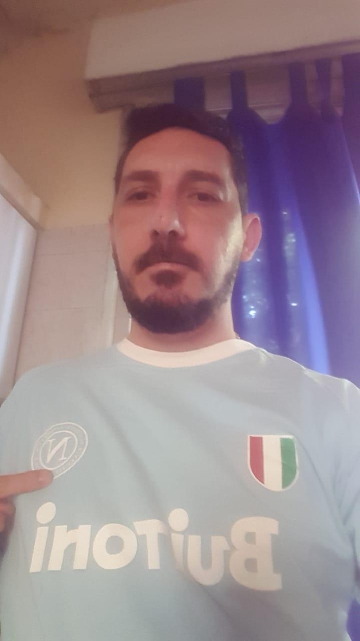 Cesar Frezzini, torcedor do River Plate, com a camisa de Maradona no Napoli