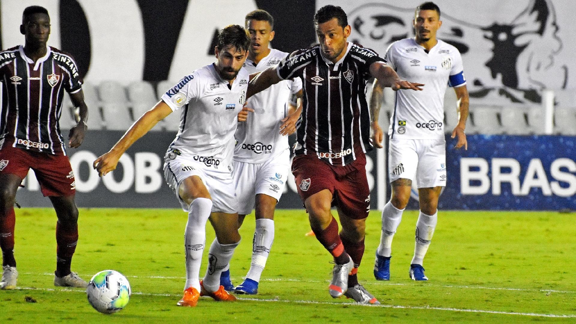 Luan Peres e Fred disputam a bola durante a partida entre Santos x Fluminense, pelo Brasileirão