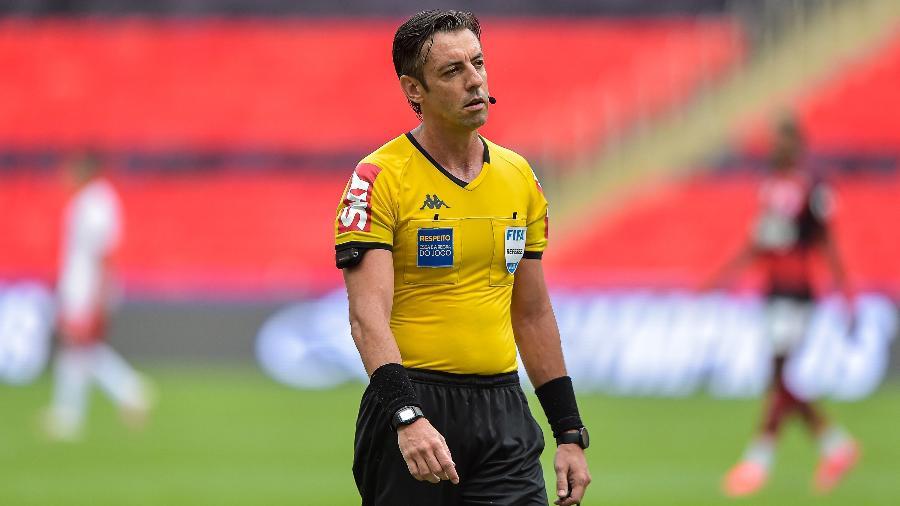 O árbitro Raphael Claus durante partida entre Flamengo e Inter no Maracanã - Thiago Ribeiro/Thiago Ribeiro/AGIF