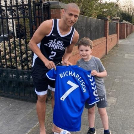 Richarlison atendeu o pequeno Charlie na porta de sua casa e o presenteou com uma camisa autografada do Everton - Reprodução/Instagram