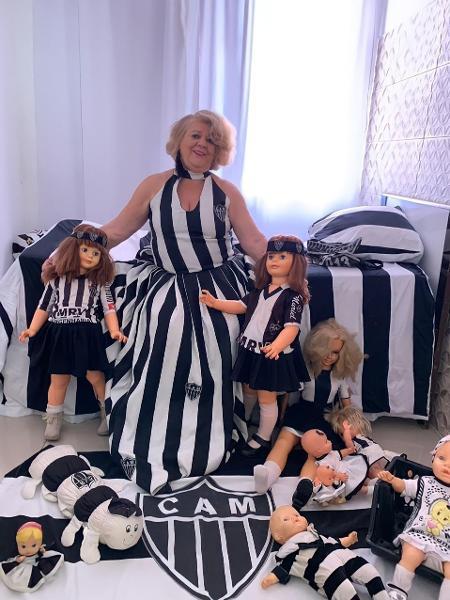 Dona Marilene, apaixonada pelo Atlético-MG, veste as bonecas com a camisa do clube; algumas delas têm 40 anos - UOL Esporte