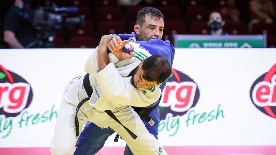 Fethi Nourine, da Argélia, luta contra o brasileiro Eduardo Katsuhiro Barbosa (de azul) no Mundial de 2021 - Mayorova Marina/Federação Internacional de Judô