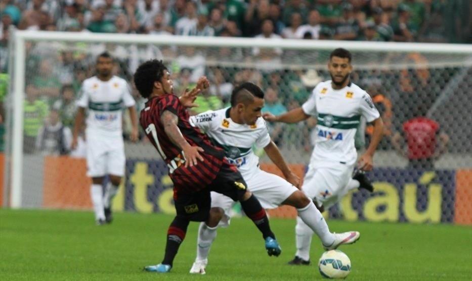 Otávio (Atlético-PR) e Esquerdinha (Coritiba) disputam bola na Arena da Baixada