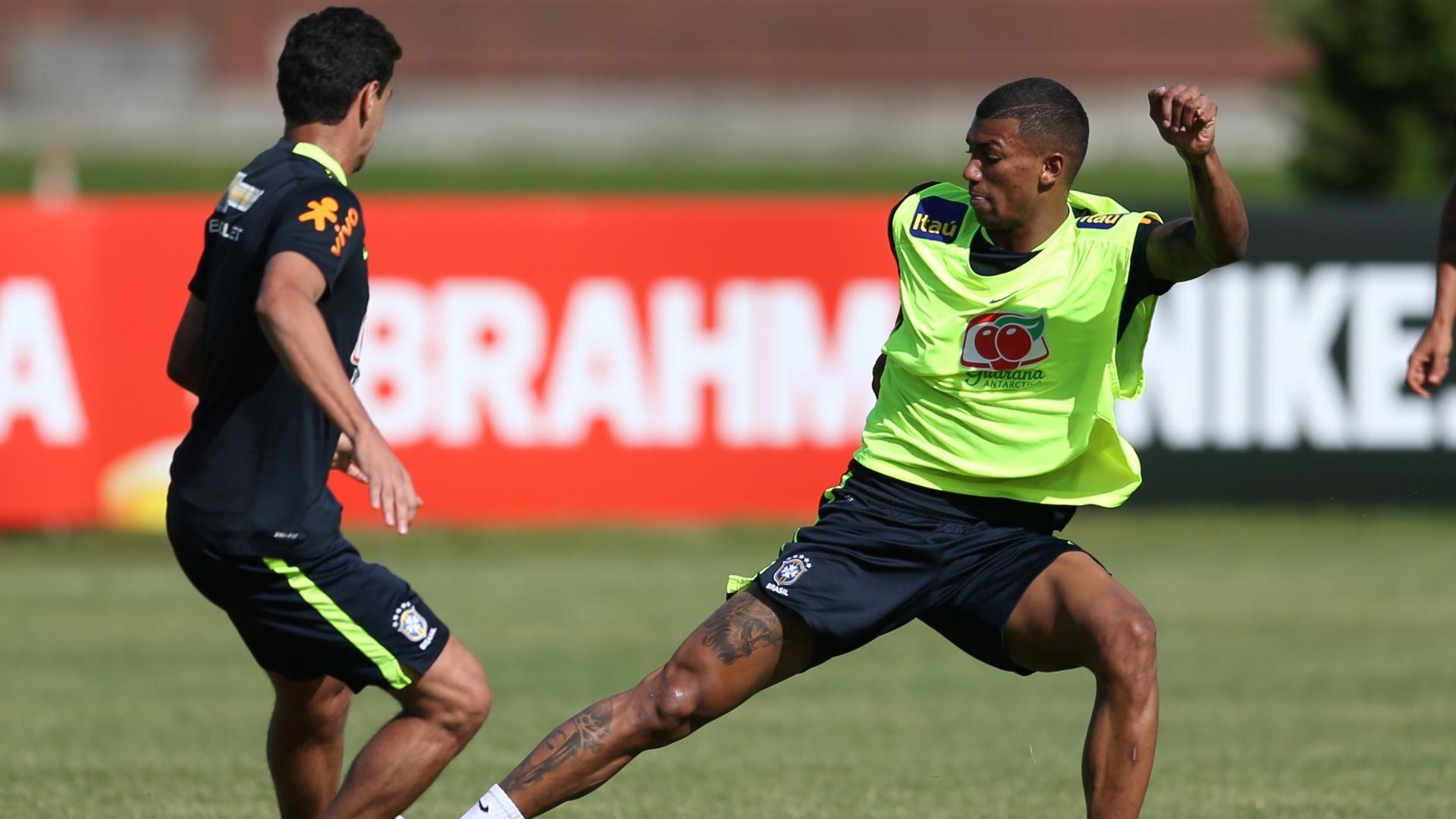Walace, volante do Grêmio, treina na seleção brasileira