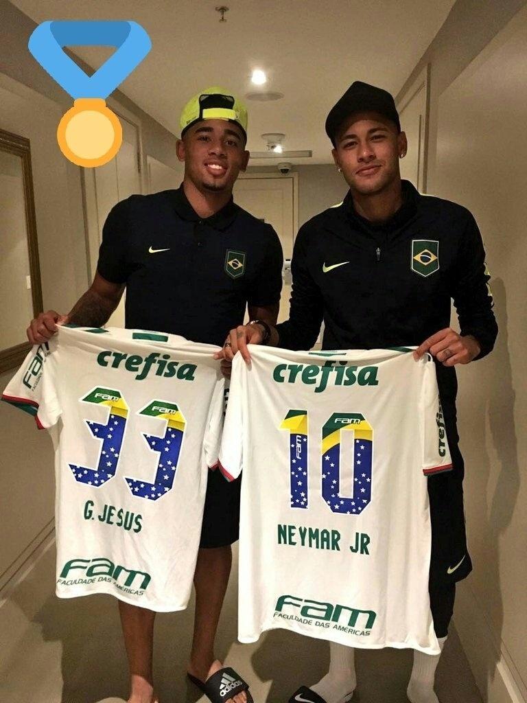 Gabriel Jesus dá camisa do Palmeiras de presente para Neymar