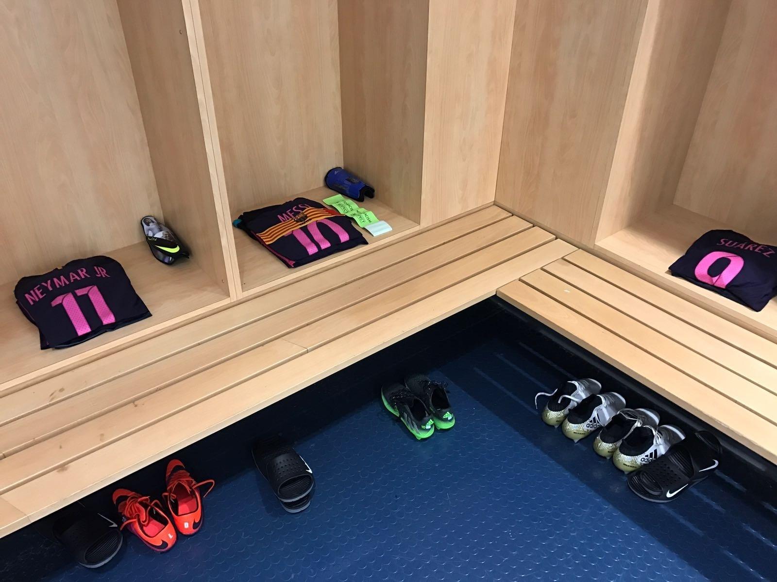 Vestiário pronto para receber o trio MSN antes da partida entre Barcelona e Manchester City