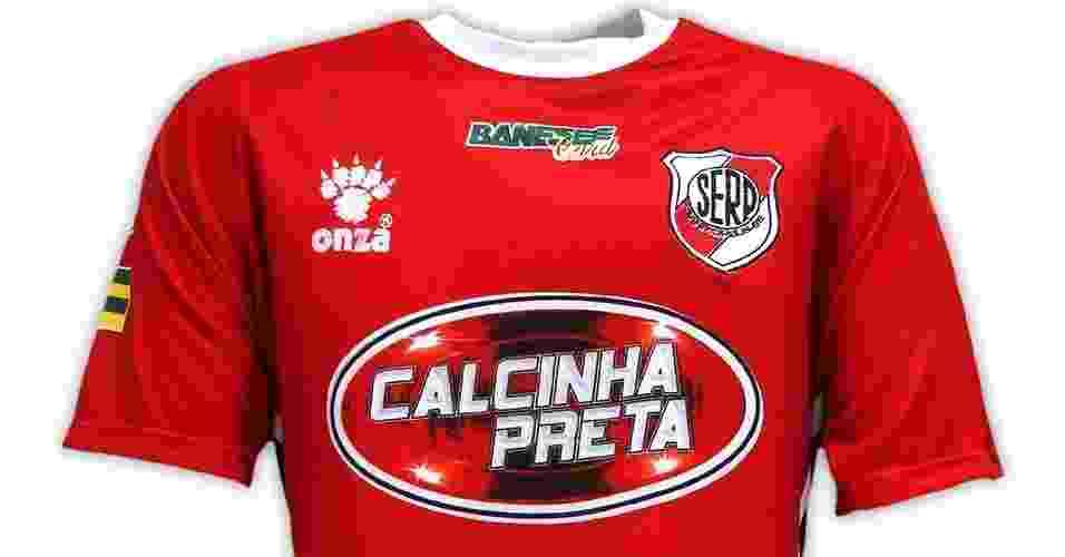 Não é raro ver bandas de forró patrocinando clubes do Nordeste, e o símbolo do Calcinha Preta até combinou com a camisa do River-SE - Reprodução/Só Futebol Brasil