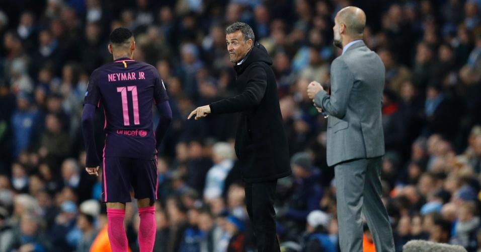 Neymar, atacante do Barcelona, recebe orientação do técnico Luis Enrique durante partida contra o Manchester City, pela Liga dos Campeões