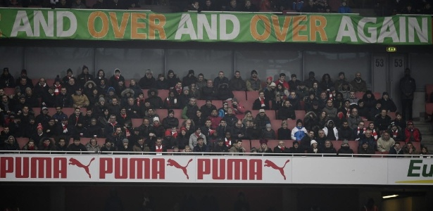 Cadeiras vazias no Emirates Stadium. Arsenal informa que muitos pagaram, mas não foram