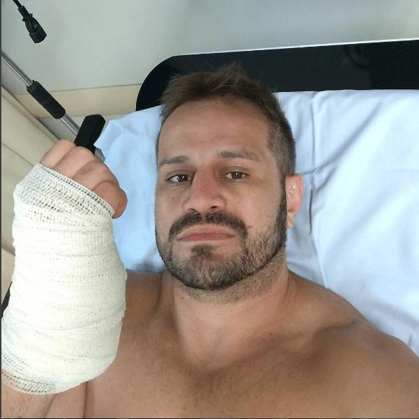 Fábio Maldonado com a mão enfixada após passar por uma cirurgia