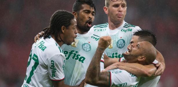 Felipe Melo e companhia comemoram o gol de Thiago Santos para o Palmeiras