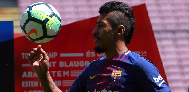 Paulinho controla a bola em sua apresentação no Barcelona